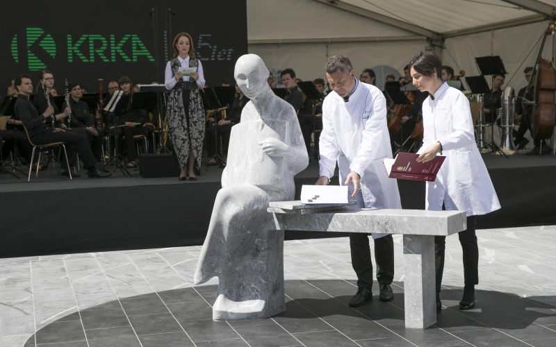 Young, successful researchers Saša Rožman and Ervin Šinkovec unveil the statue of a Krka girl with a growing book.